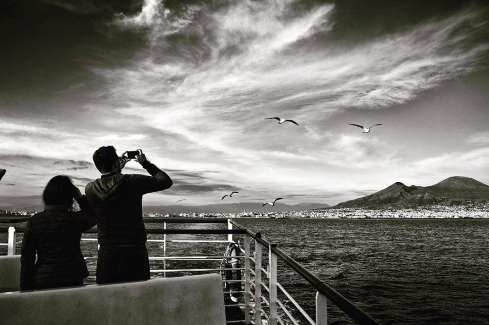 Viaggio in nave vista Vesuvio: lo scatto che racconta il golfo