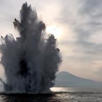 """Napoli, una bomba della seconda guerra mondiale """"brilla"""" nelle acque del porto"""