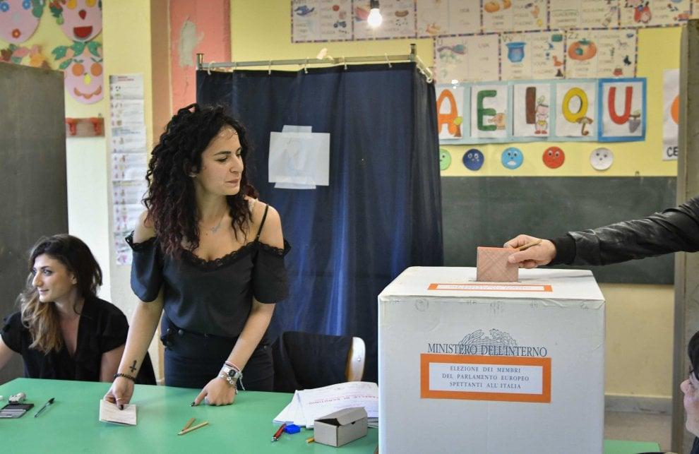 Europee, il voto nei seggi a Napoli