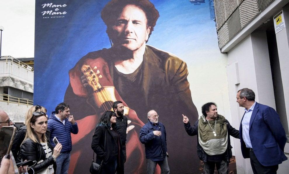 Napoli, un murale per Avitabile nella stazione metro ai Colli Aminei