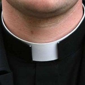 Abusi su un minore, sospeso un prete della diocesi di Aversa