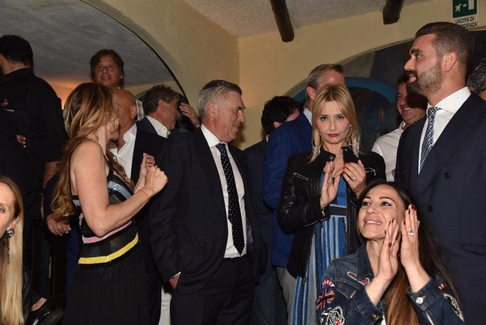 Capri, il brindisi di Ancelotti all'Anema e core: c'è anche Romina Carrisi
