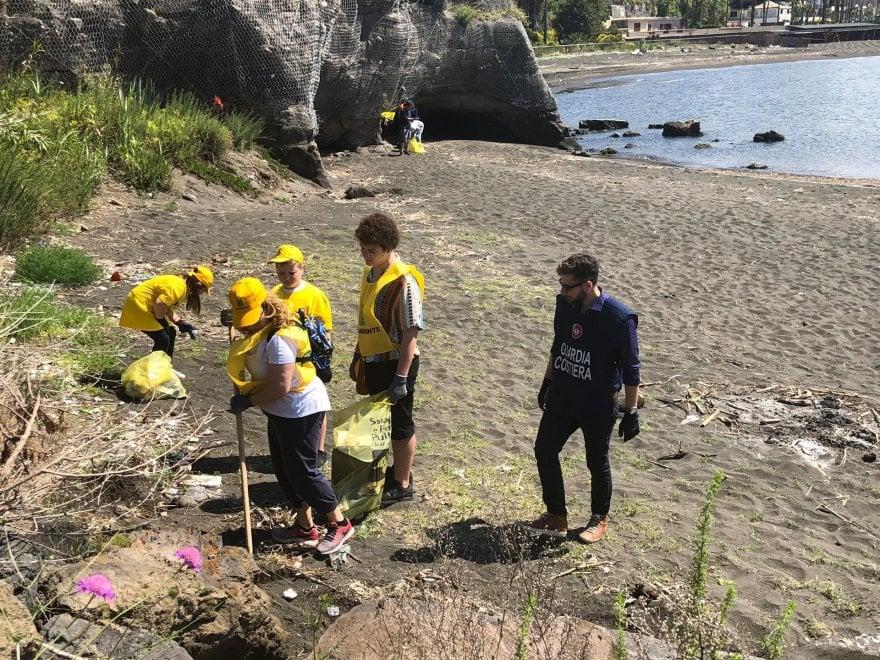 Spiagge pulite a Torre Annunziata, Legambiente e Guardia costiera raccolgono 300 kg di rifiuti sull'arenile dell'Oncino