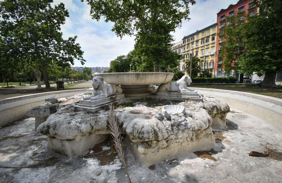 Napoli, Villa comunale, che vergogna: rifiuti, baby gang, oscenità