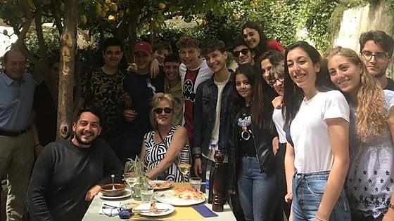 Amalfi, sorpresa al pranzo di fine anno scolastico: il conto lo paga una coppia di turisti americani