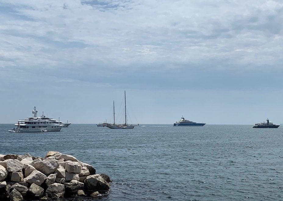 Torna l'estate, barche a vela e yacht in rada al largo di Napoli