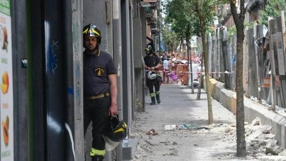Napoli, tragedia in via Duomo: si stacca un cornicione dal quinto piano, morto un commerciante