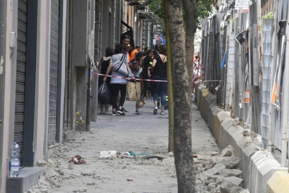 Napoli, crolla un cornicione dal quinto piano: muore un commerciante