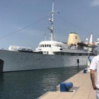 Approda nel porto di Castellammare il