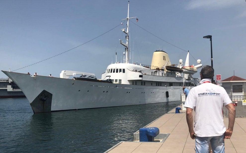 """Approda nel porto di Castellammare il """"Christina O"""", la nave yacht che fu di Onassis"""