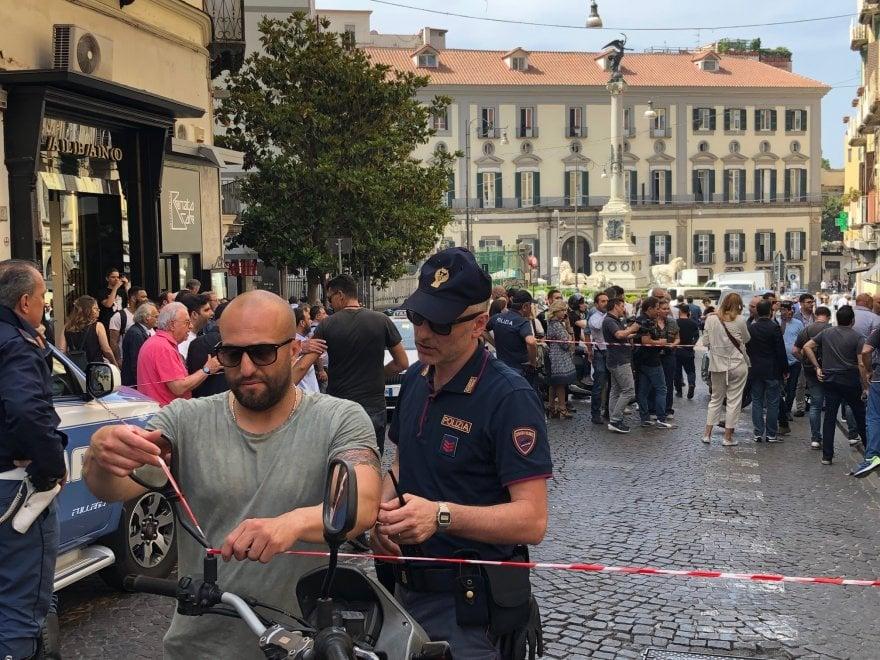 Napoli, rapina in pieno giorno: banda del buco ancora in azione a Chiaia