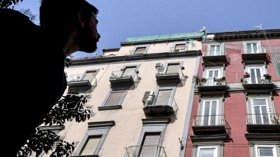 Nuovi calcinacci caduti nel centro storico di Napoli: ferita una donna
