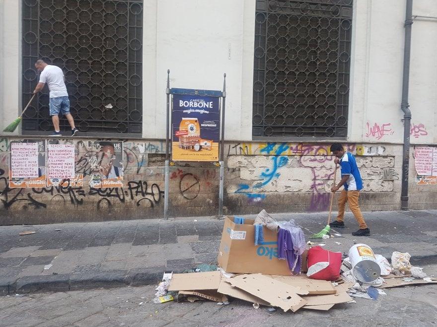 Napoli, italiani e migranti ripuliscono il suk di Porta Nolana