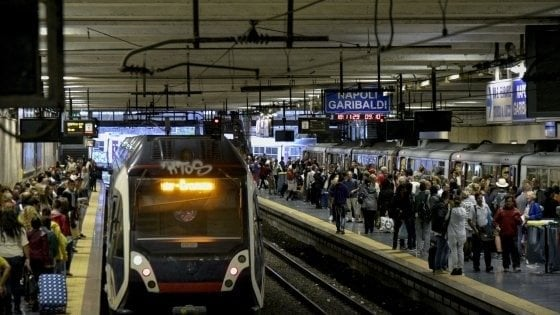 """Napoli, caos Circumvesuviana tra treni soppressi e proteste: """"Viaggiamo come sardine"""""""