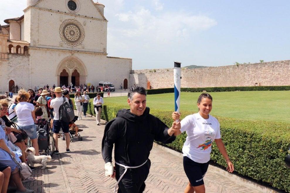 Universiade: 14 tedofori scortano torcia di Napoli per la benedizione del papa