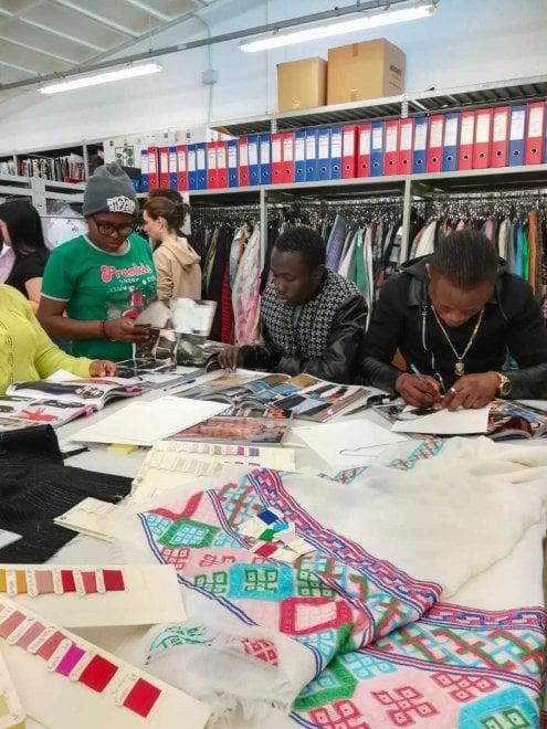 Alla Fashion Week di Milano gli abiti creati dai migranti di Procida e Napoli