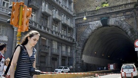 Napoli, caduta calcinacci: la Galleria laziale riapre parzialmente dopo la chiusura