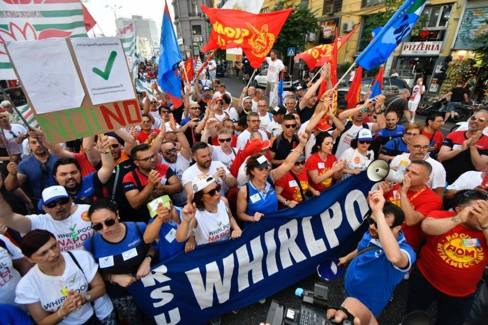 Sciopero dei metalmeccanici, a Napoli aprono il corteo le donne della Whirlpool