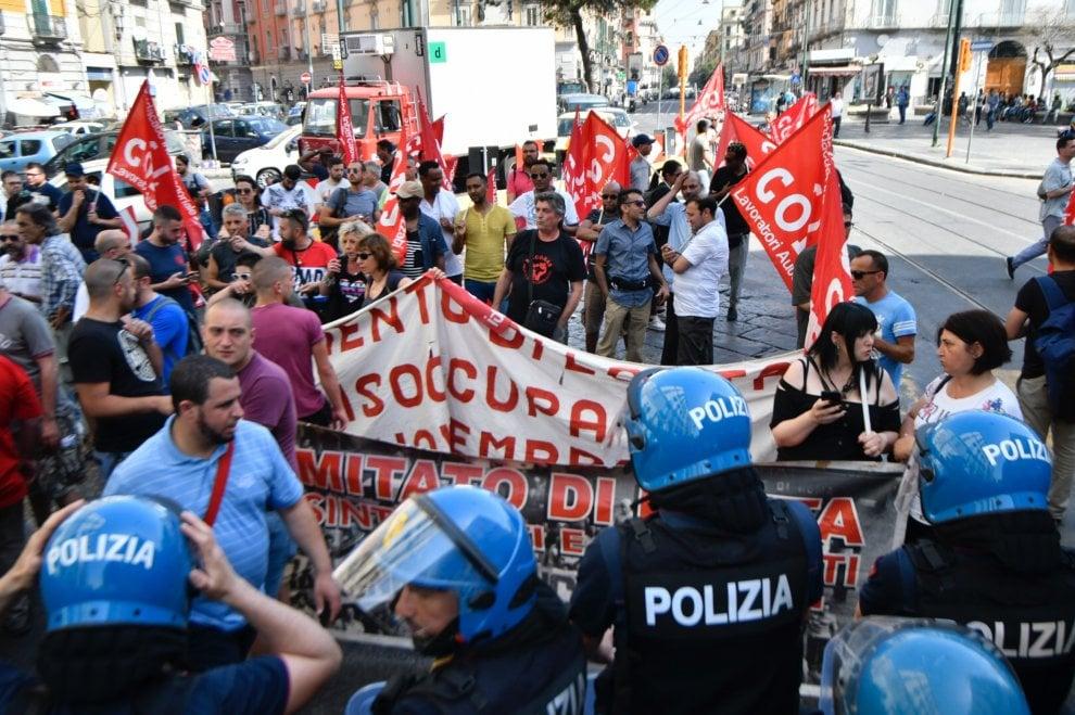 Napoli, sciopero dei metalmeccanici, tensioni e città paralizzata
