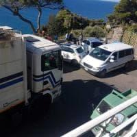 """Ischia, continua l'affronto al belvedere più bello: """"Via i camion dell'immondizia"""