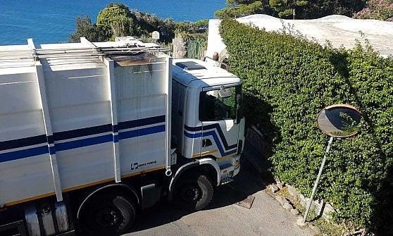 """Ischia, continua l'affronto al belvedere più bello: """"Via i camion dell'immondizia da Zaro"""""""