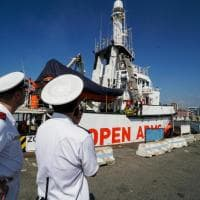 Migranti: Open Arms approdata nel porto di Napoli