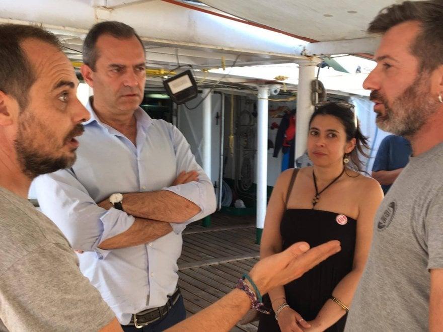 """Napoli, l'Ong """"Open arms"""" nel porto: de Magistris accoglie l'equipaggio"""