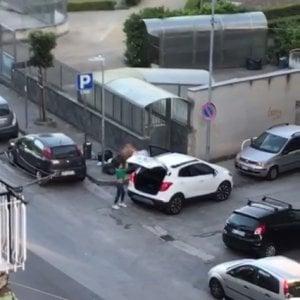 Ercolano, getta immondizia in strada: il sindaco pubblica video sui social