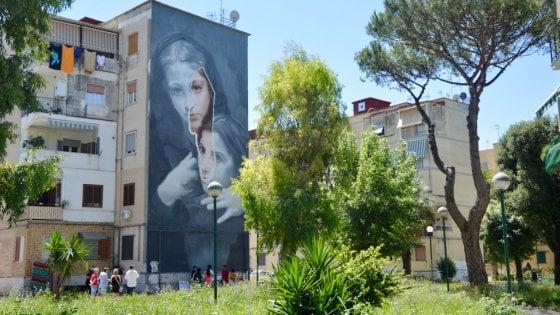 """Napoli, un murale di 20 metri ispirato a """"L'amica geniale"""": Lenuccia e Lila al rione Luzzatti"""