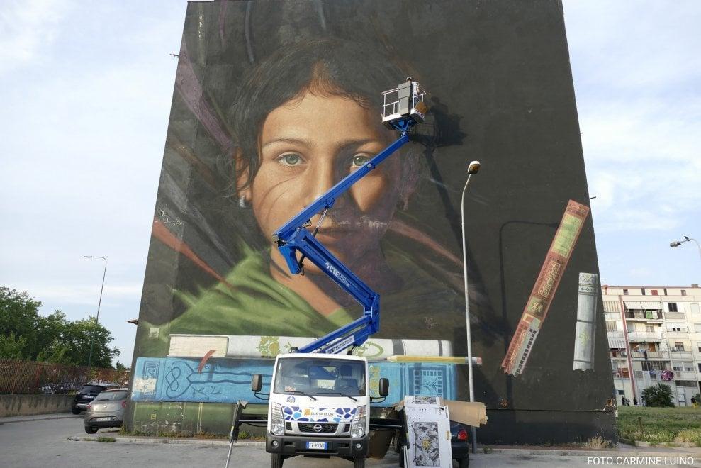 Jorit restaura il suo primo murale di Napoli Est