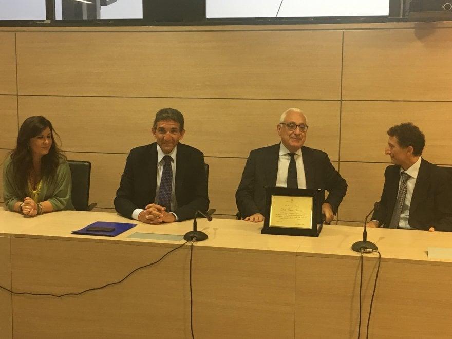 Il presidente del Tribunale di Napoli Ettore Ferrara saluta gli avvocati
