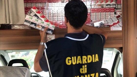 Caserta, la Guardia di Finanza sequestra 10 tonnellate di sigarette di contrabbando : 7 arresti