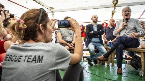 """Migranti: Saviano sulla Open Arms a Napoli: """"Salvini non è una persona perbene"""""""