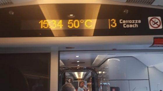 """Treno Italo fermo tra Napoli e Roma, 500 passeggeri bloccati: """"Nei vagoni 50 gradi"""""""