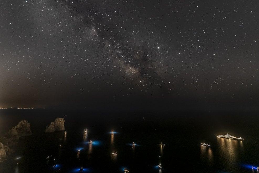 Capri, i Faraglioni e la via Lattea: la foto racconta la magia