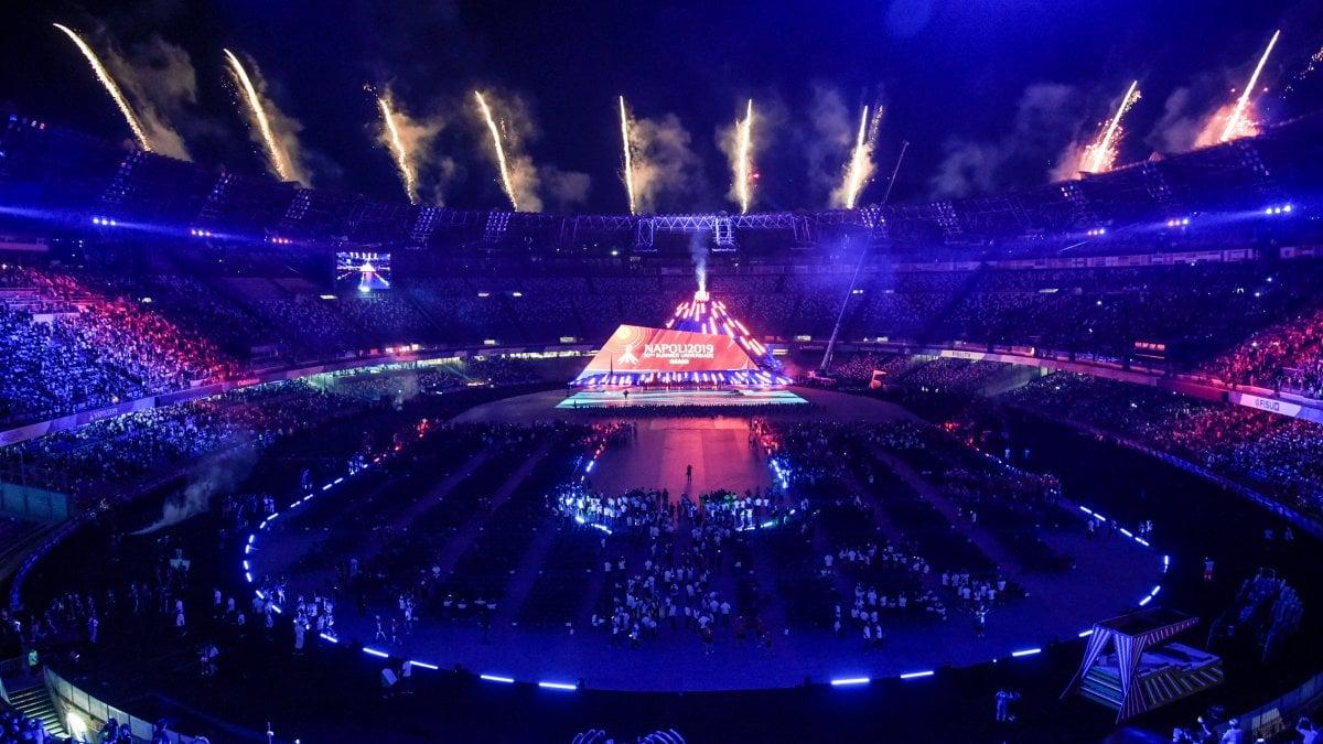 Emozione Universiade al San Paolo: lo stadio come il golfo di Napoli e uno strascico di 60 metri per la sirena Partenope