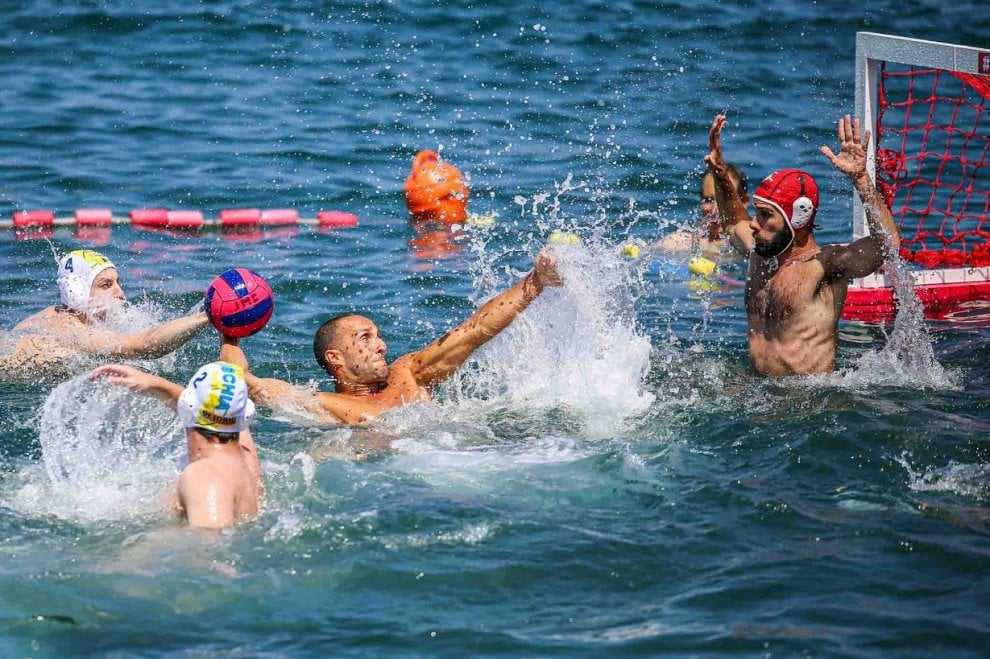 Ischia, la pallanuoto è da cartolina: in 200 in acqua sotto il Castello