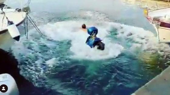 Scommessa dello scooter in mare, multa da mille euro per l'amico di Balotelli