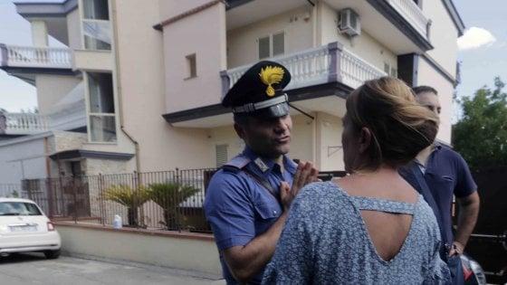 Uomo lancia la figlia di 16 mesi da balcone, poi tenta il suicidio: bimba muore nel Napoletano