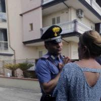 Uomo lancia la figlia di 16 mesi da balcone, poi tenta il suicidio: bimba muore nel...