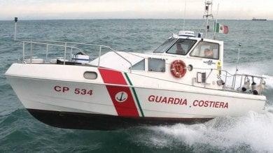 Barca in avaria contro gli scogli, turisti tedeschi tratti in salvo a Vico Equense