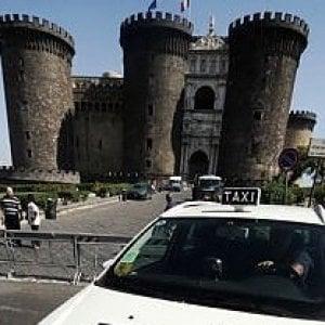 Napoli, lascia la borsa in taxi con duemila e 500 euro: la polizia municipale recupera tutto