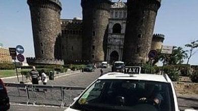 Lascia la borsa in taxi con duemila e 500 euro: la polizia municipale recupera tutto