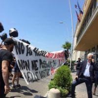 Rifiuti, sacchetti con la foto di De Luca davanti alla Regione Campania