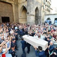 Napoli accoglie De Crescenzo: commozione per i funerali nella basilica di Santa Chiara