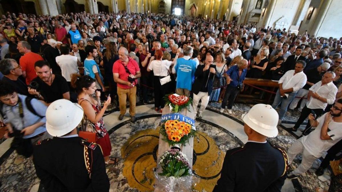 Napoli commozione ai funerali di de crescenzo il parroco for Il mattino di napoli cronaca