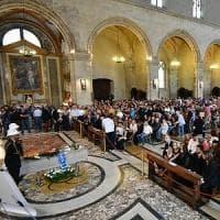 Napoli, commozione ai funerali di De Crescenzo. Il parroco: