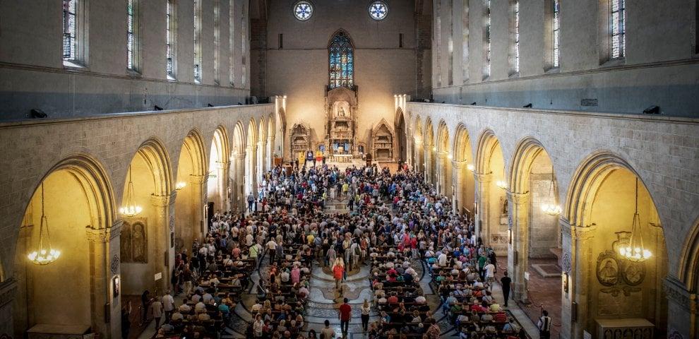 Napoli, migliaia di persone ai funerali di Luciano De Crescenzo nella basilica di Santa Chiara