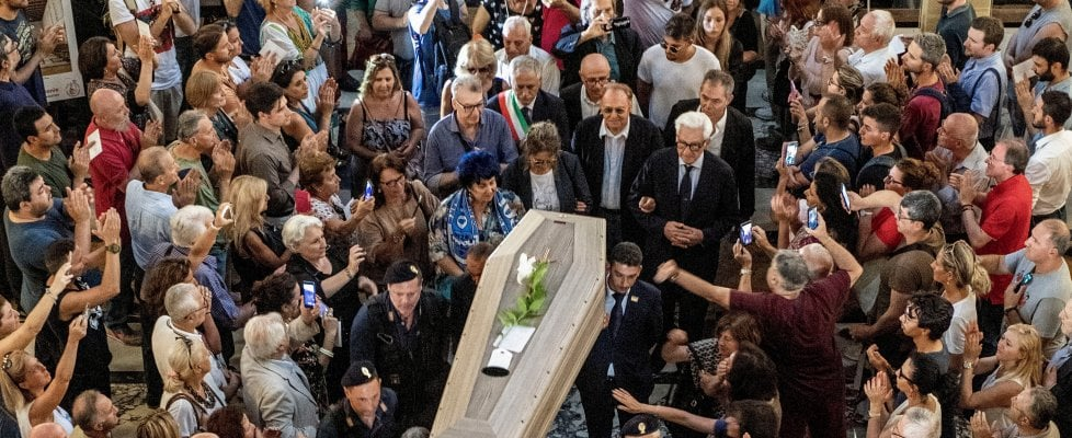 """Napoli, commozione ai funerali di De Crescenzo. Il parroco: """"Il mare nei suoi occhi e il Vesuvio nel suo cuore"""""""