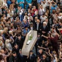 """Napoli, commozione ai funerali di De Crescenzo. Il parroco: """"Il mare nei suoi occhi e il..."""